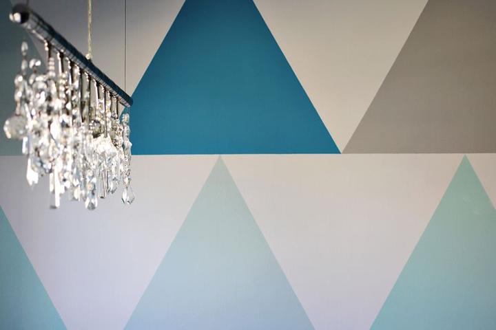 Como pintar una pared haciendo tri ngulos de colores - Como hacer colores para pintar paredes ...